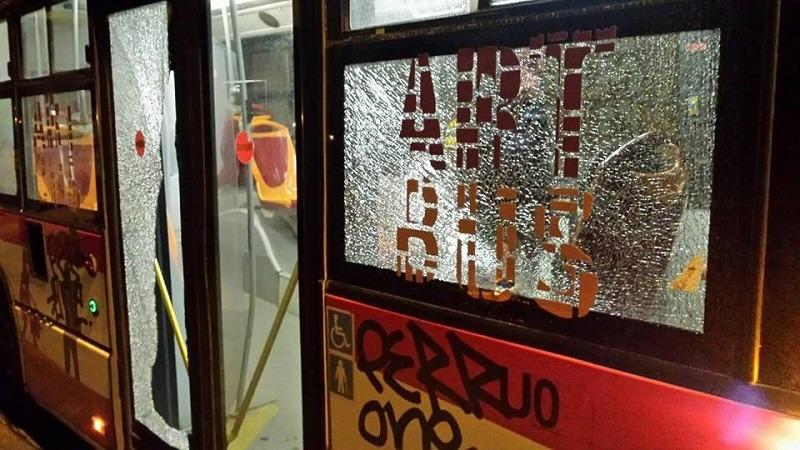 Infuriato per il ritardo del bus, aggredisce l'autista e frantuma un vetro
