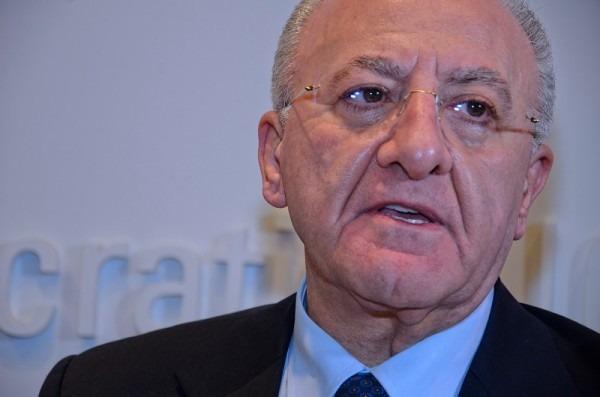 """Salerno, De Luca torna a fare le ronde: """"Sbattere fuori immigrati che toccano le nostre donne"""""""