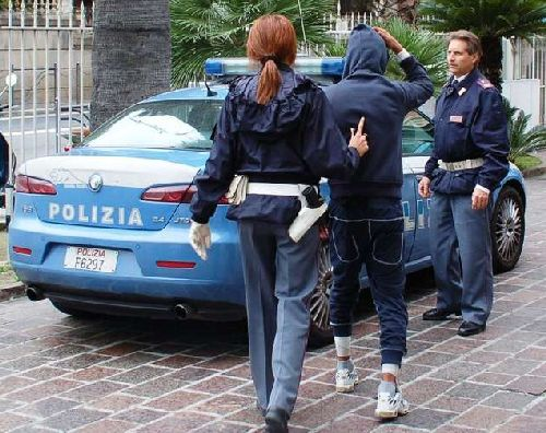 Pm anticamorra rapinato dell'auto, preso nipote di boss dopo fuga di 20 km