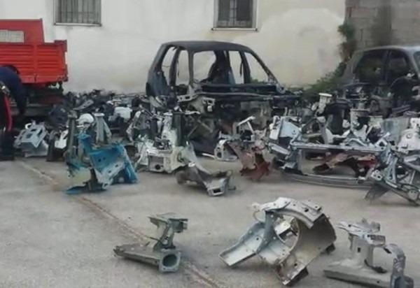 Ponticelli, scoperto deposito di auto rubate: 35 denunciati – Video