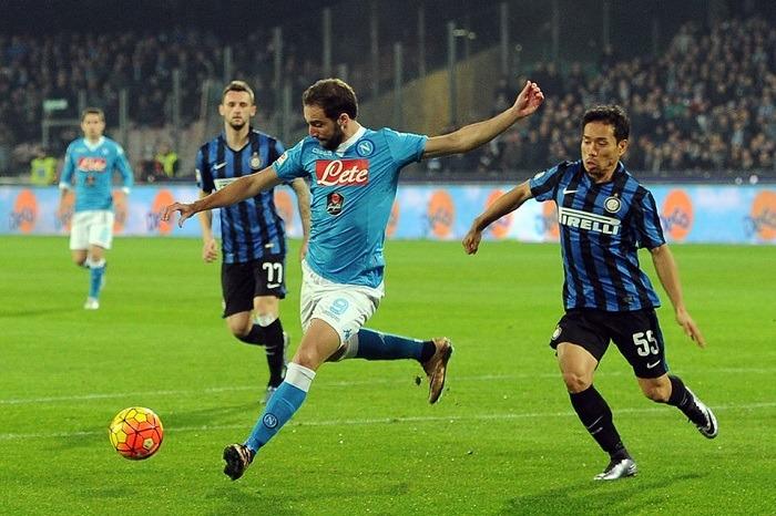 Inter piegata in un match al cardiopalmo, il Napoli vola in vetta