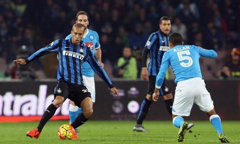 Napoli-Inter 1-0 al 45′: lampo Higuain, nerazzurri in dieci