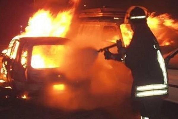 Altavilla Irpina, maxi rogo in strada: incendiate 4 auto ed un furgone. In frantumi vetri di case
