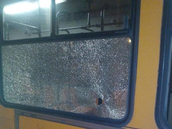 Barra: baby gang assalta autobus a sassate, vetro in frantumi