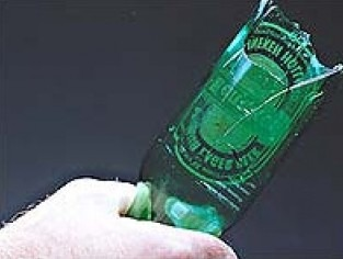 Bacoli: 45enne preso a bottigliate, gli incendiano porta di casa. Arrestato 18enne