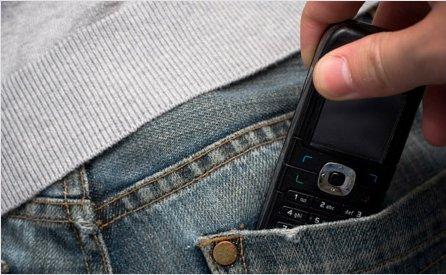 Portici, approfitta della calca per rubare 5 cellulari ai giovani in piazza: arrestato