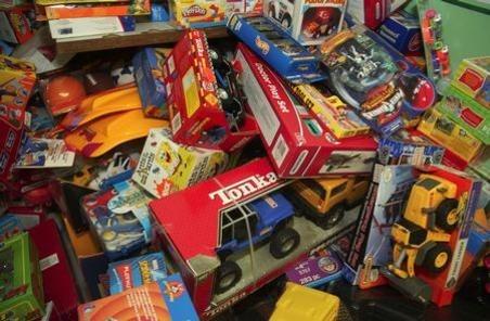 Giocattoli contraffatti, dodicimila pezzi sequestrati alla Duchesca a Napoli