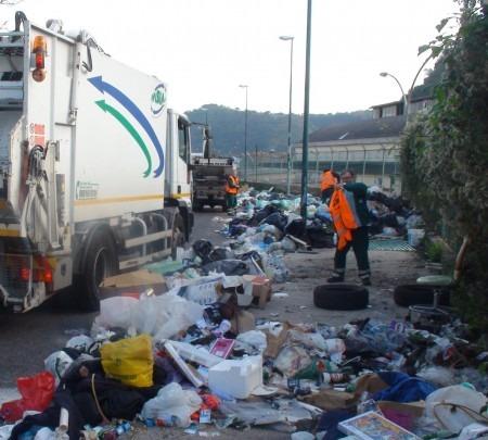 Scampia, individuato furgone con sacchi contenenti rifiuti speciali