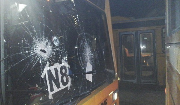 Scampia, violenta sassaiola di babygang contro autobus: tutti i vetri in frantumi