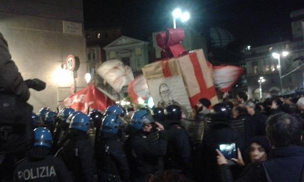 """Cabina di regia Bagnoli, tensioni sotto la prefettura. I comitati: """"Chi inquina paghi"""""""