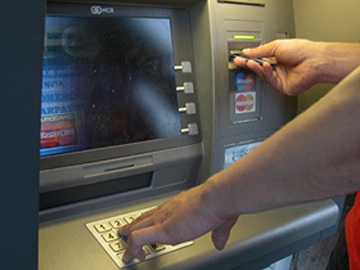 Napoli, svuotato bancomat in pieno centro