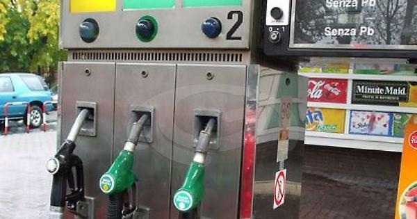 Coronavirus, la serrata dei padroni delle pompe di benzina