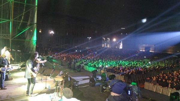 Napoli, per le strade in centinaia di migliaia salutano il 2016