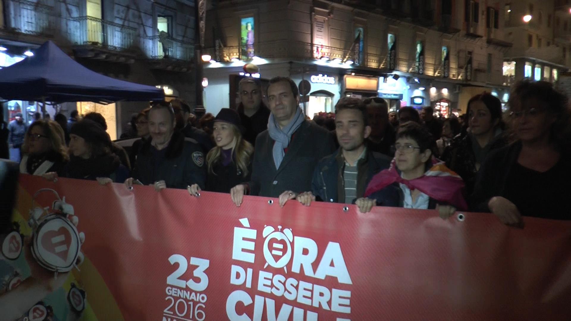 Svegliati Italia, in migliaia sfilano a Napoli per le unioni civili