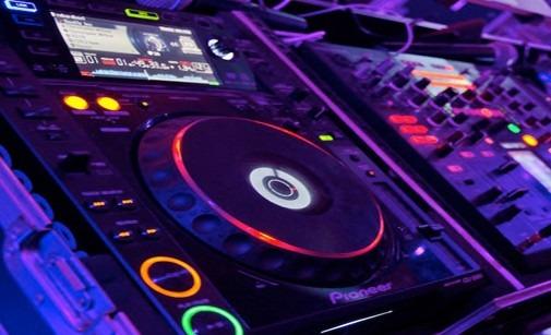 Volturara: scarica illegalmente 50.000 brani, deejay rischia multa da 5 milioni di euro