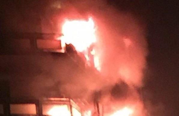 Palazzo in fiamme a Fuorigrotta, rogo su tre piani