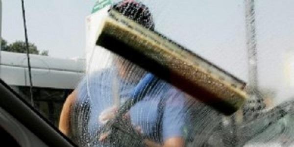 Napoli, lavavetri minaccia automobilista: arrestato