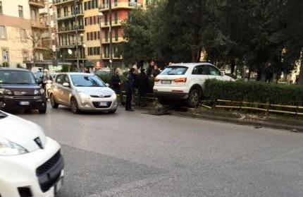 Napoli, auto nel traffico sfonda recinzione dei giardini di piazza Medaglie d'Oro