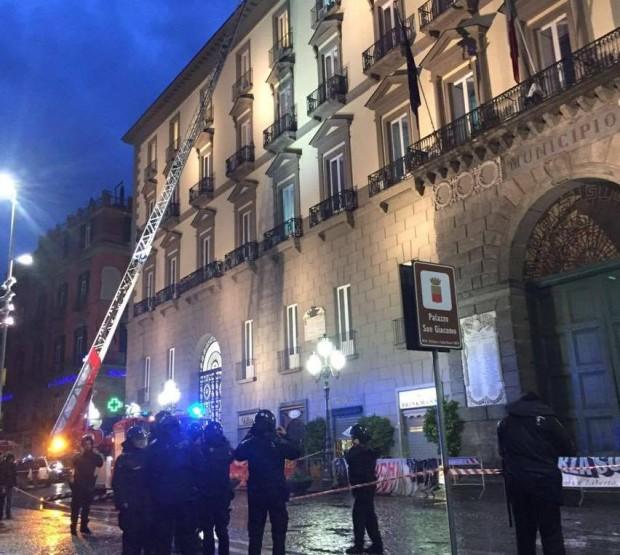 Maltempo, crollo di tegole da Palazzo San Giacomo – Foto