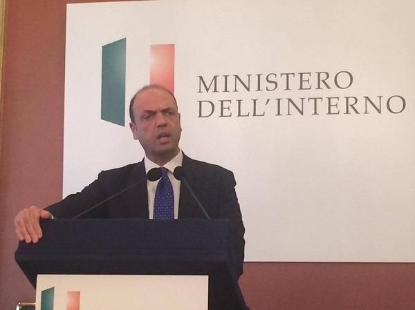 """Alfano fa lo sbirro a Napoli: """"Zittiremo fucili e pistole, in arrivo agenti e telecamere"""""""
