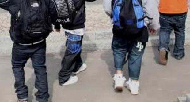 Fioriere e tavolini vandalizzati, tiro al bersaglio su passanti: baby gang semina panico a Chiaia