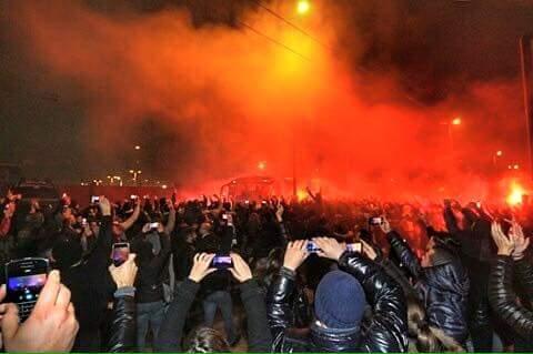Napoli ko ma i tifosi si stringono attorno alla squadra: in 3.000 stanotte a Capodichino