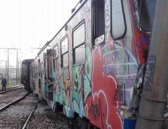 Bacoli, treno della Cumana deraglia e sbatte contro un palo