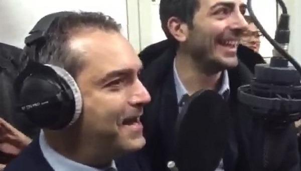 Un giorno all'improvviso anche il sindaco prova a cantare la canzone ultrà – Video