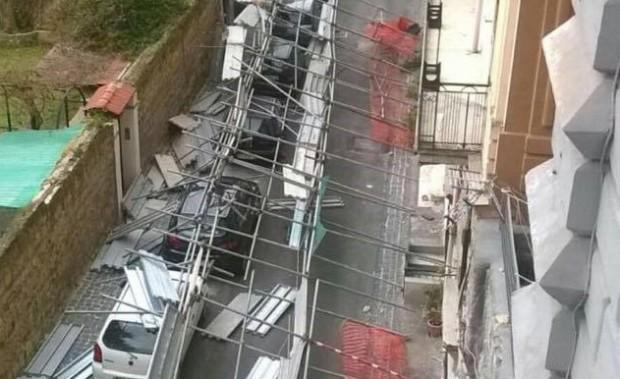 Chiaia, impalcatura cede: distrutte cinque auto, poteva essere una strage