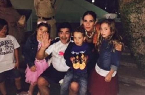 """Maradona incontra la famiglia di Reina a Dubai: tutti a cantare """"Un giorno all'improvviso"""" – Video"""