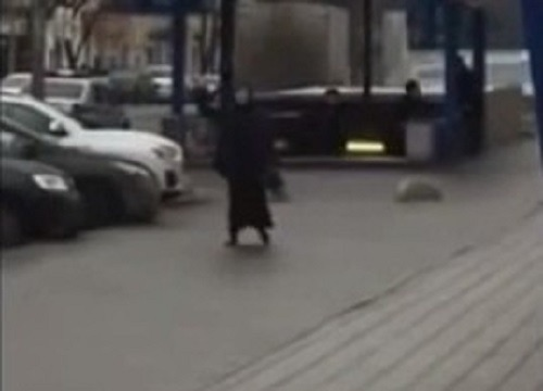 Orrore a Mosca, babysitter decapita bimba e inneggia ad Allah brandendo la testa – Video