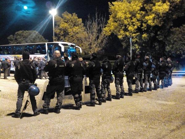 Fuorigrotta, scontri tifosi-forze dell'ordine. Agente ferito da bomba carta, uova su bus del Milan