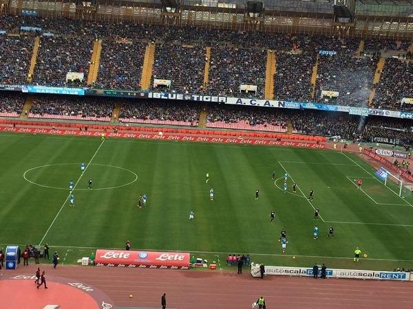 Napoli-Carpi 0-0 al 45′: azzurri in pressing ma gli emiliani tengono. Callejon reclama un rigore