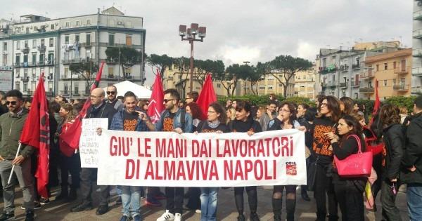 Licenziamenti Almaviva, lavoratori con le cuffiette sfilano fino a piazza Municipio
