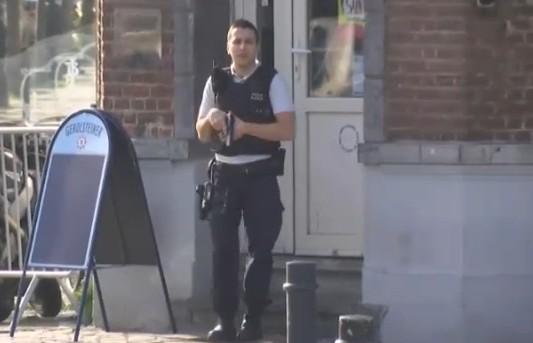 Blitz anti terrorismo a Bruxelles: feriti 4 agenti, un sospetto ucciso. Due in fuga