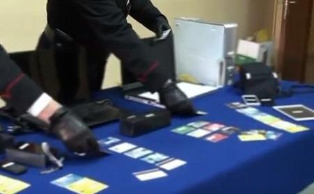Acquisti con carte di credito clonate, sgominata banda in Campania – Video