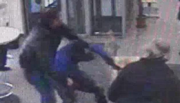 Casalnuovo, così un poliziotto libero da servizio sventa rapina alla posta – Video