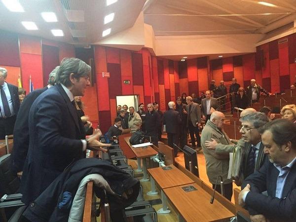 Salta ancora seduta del consiglio comunale di Napoli: lite-show Del Giudice-Attanasio