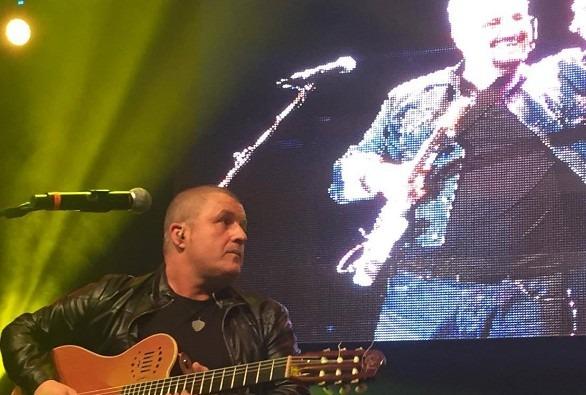 Folla per il concerto omaggio a Pino Daniele, ma partono fischi per De Laurentiis – Video