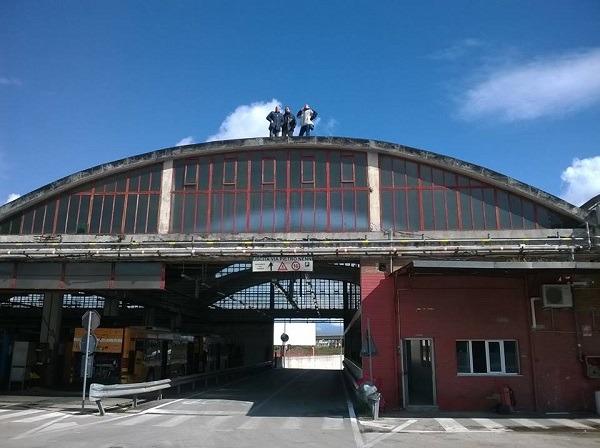 """Deposito Ctp Arzano, 3 autisti sul tetto per protesta: """"Troppa incertezza sul futuro dell'azienda"""""""