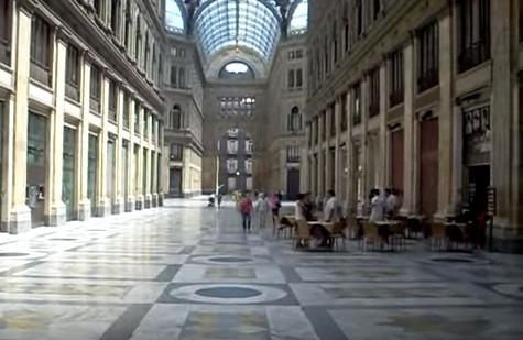 Raid nella Galleria Umberto, distrutta a martellate la vetrina di Timberland