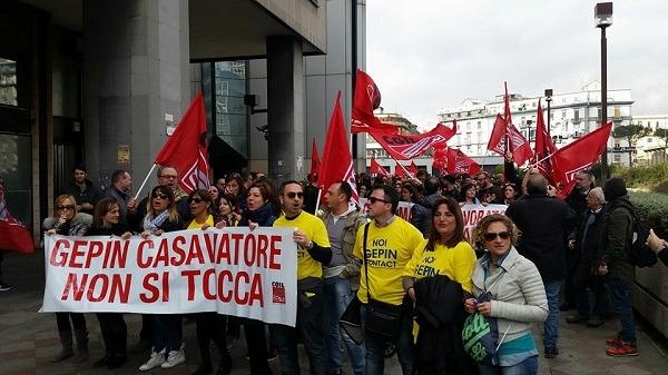 Almaviva e Gepin, il giorno dell'ira contro politici e imprese: a Napoli sit-in sotto la Regione