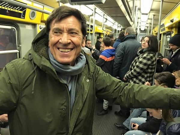 """Gianni Morandi in metro a Napoli: """"La stazione Toledo è bellissima"""""""