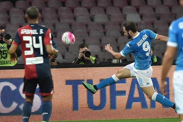 Il sogno Napoli aggrappato a Higuain, Genoa affossato in rimonta