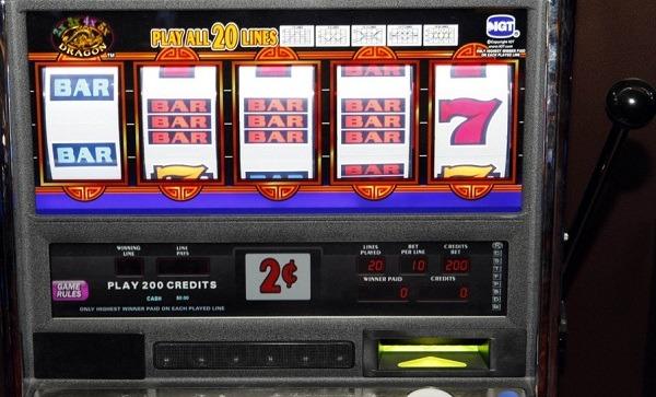 Frigento, slot machine imposte a sala giochi: 60enne denunciato per estorsione
