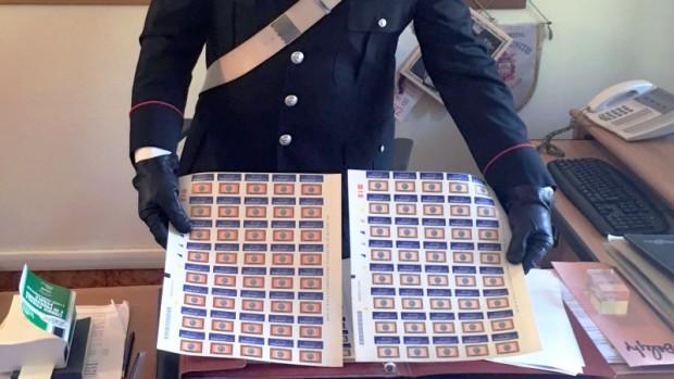 Ischia, vende francobolli falsi ai turisti: denunciato un tabaccaio