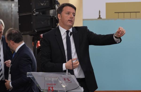 """Renzi non molla la poltrona: """"Se perdo ballottaggi non mi dimetto"""". Ma ammette il fallimento Napoli"""