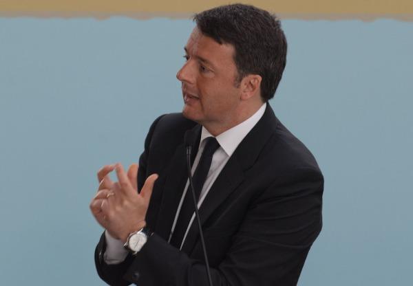 """L'annuncio elettorale di Renzi: """"L'anno prossimo decontribuzione totale per chi assume al sud"""""""