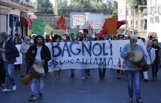 """Bagnoli, Renzi va da Caltagirone e invita de Magistris in prefettura: """"L'abbraccio"""". Ira comitati"""