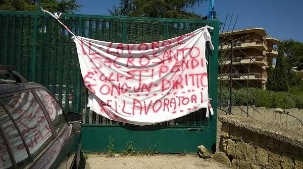 Colli Aminei: 4 stipendi arretrati, protestano lavoratori del centro assistenza anziani